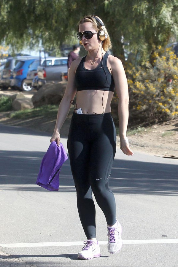 Mena Suvari workout outfit